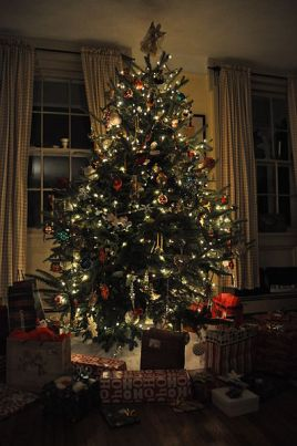398px-Christmas_tree_with_presents
